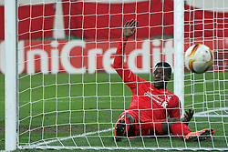 18.02.2016, WWKArena, Augsburg, GER, UEFA EL, FC Augsburg vs FC Liverpool, Sechzehntelfinale, Hinspiel, im Bild Divock Origi ( FC Liverpool ) im Tor der Ball ausserhalb, // during the UEFA Europa League Round of 32, 1st Leg match between FC Augsburg and FC Liverpool at the WWKArena in Augsburg, Germany on 2016/02/18. EXPA Pictures © 2016, PhotoCredit: EXPA/ Eibner-Pressefoto/ Langer<br /> <br /> *****ATTENTION - OUT of GER*****