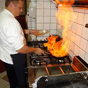 Restaurant 't Schippertje Oud Loosdrechtsedijk loosdrecht, chefkok flambeert een gerecht<br /> vlammen, vuur, heet, keuken, pan, pannen