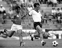 Fotball<br /> Foto: imago/Digitalsport<br /> NORWAY ONLY<br /> <br /> 1970  <br /> <br /> Wolfgang Overath mit Ball verfolgt von einem Marokkaner; Dribbling, Zweikampf Weltmeisterschaft 1970, Gruppe 4, Länderspiel, Nationalmannschaft: Deutschland - Marokko 2:1