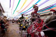 Bonfim_MG, 19 de fevereiro de 2012...UOL - CARNAVAL A CAVALO ..Tradicionalmente festejado há 169 anos (1840  2009), o Carnaval a Cavalo de Bonfim foi introduzido em nossa cidade por Pe. Chiquinho, que tencionava transformar a guerra entre mouros e cristãos em uma festa de cunho religioso...O Carnaval a Cavalo é a maior festa da cidade, para orgulho e satisfação dos bonfinenses. São três dias, onde Cavaleiros e amazonas (essas conquistaram seu espaço mais ou menos a partir de 1940) desfilam na Praça da Matriz, vestidos em fantasias de veludo bordadas à mão, que assemelham-se a roupas de príncipes, montados em belos cavalos, e colocam sua bandeira em plena praça. Com confetes e serpentinas, disputam a atenção das pessoas e tentam conquistá-las e levá-las a participar com eles do Carnaval. No fim do terceiro dia, há a batalha de confetes e serpentinas, onde os cavaleiros desmontam, tiram seus dominós (máscaras que lhes encobrem o rosto em todos os dias) e brincam com o povo; essa brincadeira simboliza a conquista definitiva das pessoas. Após essa batalha, os cavaleiros montam novamente, recolhem sua bandeira e com lenços brancos, despedem-se do povo. É um dos momentos mais emocionantes do Carnaval a Cavalo, onde homem/cavalo/público se tornam um só ser, em busca da alegria! ..Foto: MARCUS DESIMONI / NITRO