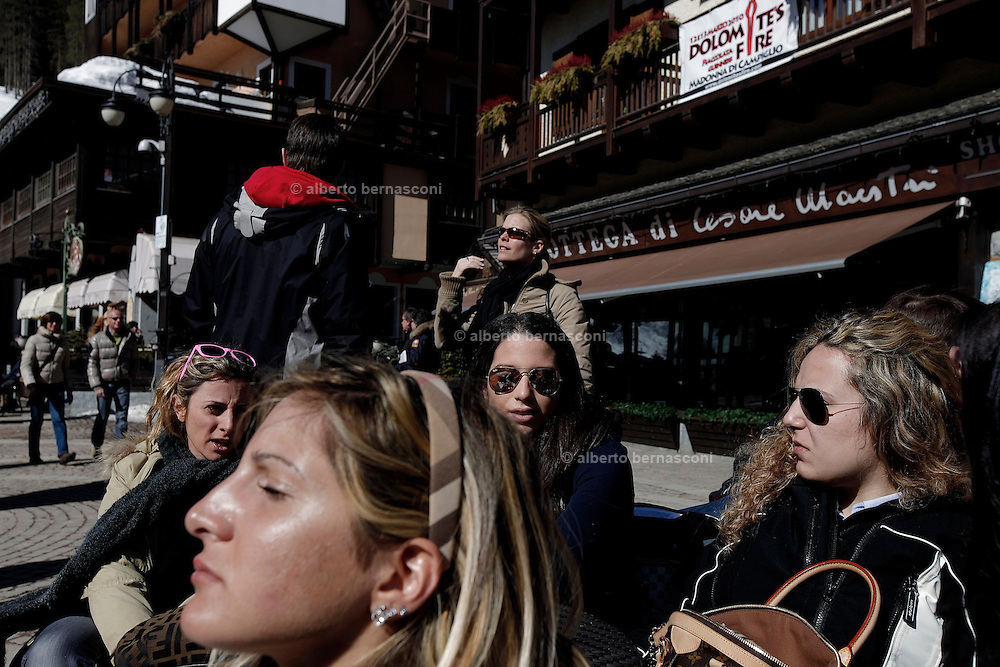 Italy, Madonna di Campiglio, young tourists in Piazza righi.