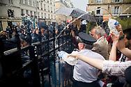 14052008. Expulsion de l'immeuble impasse Saint-Claude (Paris 3me) rŽquisitionnŽ par Jeudi noir. 40 travailleurs prŽcaires, Žtudiants, couples avec enfants et artistes y vivaient depuis mars 2008. Ex-habitants, militants, soutiens et Žlus occupent l'Žglise Saint-Denis de Saint Sacre l'aprs midi avant de se faire dŽloger par les forces de l'ordre.