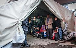 14.10.2015, Bahnhof, Freilassing, GER, Flüchtlingskrise in der EU, im Bild Flüchtlinge, von Polizisten bewacht warten in einem Zelt auf einen Sonderzug // Refugees in a tent, guarded by police waiting for the arrival of a special train, Railway Station, Freilassing, Germany on 2015/10/14. EXPA Pictures © 2015, PhotoCredit: EXPA/ JFK