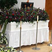 NLD/Leusden/20080213 - Uitvaart Benny Neijman, kist en bloemstukken staan opgesteld in de aula