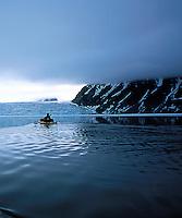 Padle havkajakk ved isbre, sea kayak by a glacier