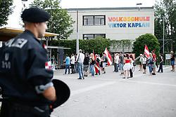 28.05.2016, Andritz Hauptplatz, Graz, AUT, Pegida Demonstration, im Bild ein Großaufgebot an Polizisten das am 28.05.2016 die Kundgebung und den anschließenden Spaziergang von rund 50 Pegida Anhängern begleiten musste, EXPA Pictures © 2016, PhotoCredit: EXPA/ Erwin Scheriau