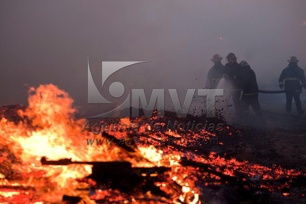 Toluca, Méx.- Bomberos de Toluca, Metepec y Lerma, trabajan por casi una hora para controlar un incendio de tarimas de madera y desperdicio industrial en un predio de Santa Maria Totoltepec, no se registraron personas lesionadas. Agencia MVT / Mario Vazquez de la Torre. (DIGITAL)