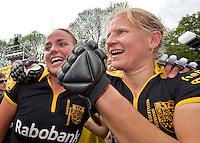 DEN BOSCH - Vreugde bij Den Bosch aanvoerder Janneke Schopman en Maartje Paumen (L) na het winnen van het Nederlands Kampioenschap hockey dames door de overwinning op Laren (2-0). Schopman stopt met hockey en wordt volgend seizoen coach van SCHC dames.