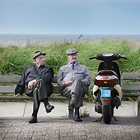 """Nederland, Katwijk aan Zee , 4 oktober 2011..Oude bewoners van Katwijk zitten op een bankje aan de boulevard..Historicus A. TH. van Deursen heeft een boek over dit Christelijk dorp geschreven met als titel """"Alles is anders in Katwijk""""... .Foto:Jean-Pierre Jans"""