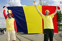 GEPA-1706081222 - BERN,SCHWEIZ,17.JUN.08 - FUSSBALL - UEFA Europameisterschaft, EURO 2008, Niederlande vs Rumaenien, NED vs ROM. Bild zeigt Rumaenien-Fans mit einer Fahne. Keyword: Flagge.<br />Foto: GEPA pictures/ Walter Luger