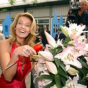 NLD/Lisse/20050512 - Frederique van der Wal doopt haar lelie genaamd Frederique's Choice in de Keukenhof, champagne