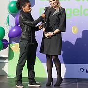 NLD/Vleuten/20160314 - Koningin Maxima aanwezig bij start 6e editie van de Week van het Geld, Koningin Maxima luidt de bel