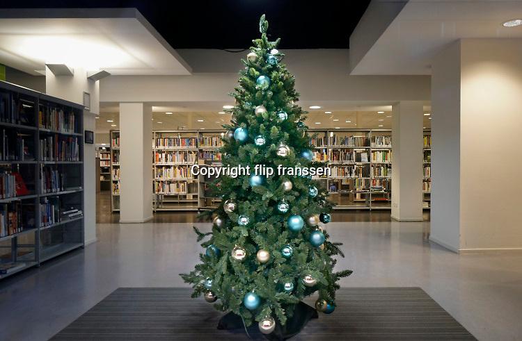 Nederland, Nijmegen, 17-12-2020 De binnenstad van Nijmegen is zo goed als leeg . Nederland is in lockdown. De openbare bibliotheek, Gelderland Zuid, bieb is dicht en heeft een kerstboom voor het raam staan.Foto: ANP/ Hollandse Hoogte/ Flip Franssen.