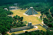 MEXICO, MAYAN, YUCATAN Chichén Itzá; El Castillo and ballcourt