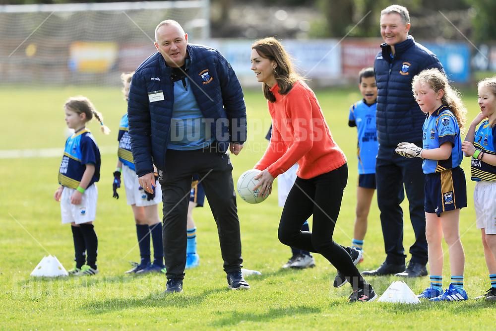 GALWAY - Catherine Hertogin van Cambridge bij een bezoek aan een GAA Club in Galway.