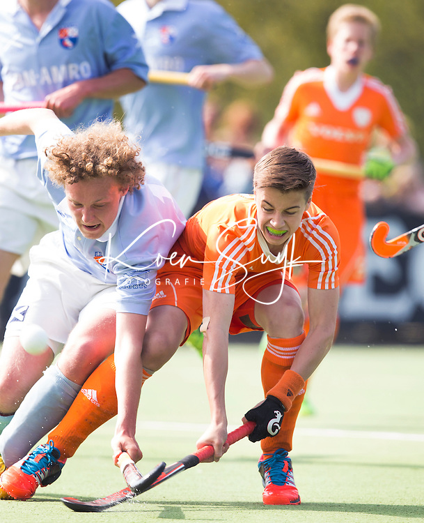 AMSTELVEEN - MAX BRONCKERS (r) in duel met Sam Martens van Bl'daal, Oefenwedstrijd tussen het Nederlands Team Jongens B tegen Bloemendaal A1. COPYRIGHT KOEN SUYK