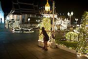 Thailandese enjoy festivities lightning, em Bangkok, Thailand. PHOTO TIAGO MIRANDA