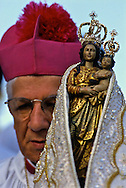 Dom Zico, emeritus Archbishop of Belém, shows the statue of the Virgem De Nazaré to the audience. The 2000 Círio begins.