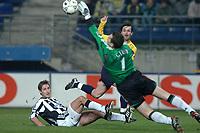 Fotball<br /> UEFA-cup 2004/05<br /> Sochaux v Newcastle<br /> 25. november 2004<br /> Foto: Digitalsport<br /> NORWAY ONLY<br /> MICKAEL ISABEY (SOC) / ROBERT ELLIOTT / SHAY GIVEN (NEW)