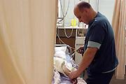 Nederland, Heerlen, 2-7-2004..Verpleegkundige controleert een patient in de verkoeverkamer, ic, i.c., intensive care van  Atrium ziekenhuis Heerlen. gezondheidszorg, ok verpleegkundigen,  assistenten, chirurgie, kosten, wachtlijsten, instrumenten, Medisch specialist, ziekte, transplantatie, donor, anesthesie..Foto: Flip Franssen