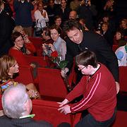 NLD/Utrecht/20060319 - Gala van het Nederlandse lied 2006, Marco Borsato krijgt een roos