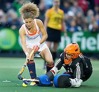 AMSTERDAM - Hockey - Maria Verschoor (Neth) met Maddie Hinch (GB)  tijdens de shoot outs.    Interland tussen de vrouwen van Nederland en Groot-Brittannië, in de Rabo Super Serie 2016 .  COPYRIGHT KOEN SUYK