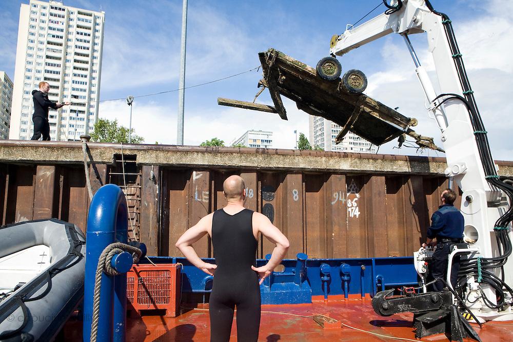 """Charenton. Paris, France. 28 Avril 2009..Brigade Fluviale de Paris..16h18 A bord du bateau remorqueur pousseur """"L'Ile de France"""" ou une equipe sors de l'eau une remorque qui gene le stationnement d'une péniche...Paris, France. April 28th 2009..Paris fluvial squad..4:18 pm On the tugboat """"L'ile de France"""" where a trailer is towed from the water."""