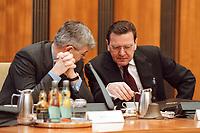 26 JAN 2000, BERLIN/GERMANY:<br /> Joschka Fischer, B90/Grüne, Bundesaußenminister, und Gerhard Schröder, SPD, Bundeskanzler, im Gespräch, vor Beginn der Kabinettsitzung, Bundeskanzleramt<br /> Joschka Fischer, Green Party, Fed. Minister of Foreign Affairs, and Gerhard Schroeder, SPD, Fed. Chancellor, in discourse, before the sitting of the kabinett, Department of the Chancellor<br /> IMAGE: 20000126-01/01-36