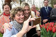 Handbalster Estavana Polman ( vriendin Rafael van der Vaart  ) krijgt een eigen tulp: de Tulipa Estavana. Ze doopte de tulp in cde Keukenhof ter ere van de Olympische plaatsing door het handbalteam<br /> <br /> Handball Star Estavana Polman (girlfriend Rafael van der Vaart) gets its own tulip: the Tulipa Estavana. She crownd the tulip in de Keukenhof in honor of the Olympic placement by the handball team<br /> <br /> Op de foto: Estavana Polman  met haar moeder