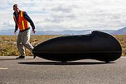 Teagan in de Seiran. In Battle Mountain (Nevada) wordt ieder jaar de World Human Powered Speed Challenge gehouden. Tijdens deze wedstrijd wordt geprobeerd zo hard mogelijk te fietsen op pure menskracht. Ze halen snelheden tot 133 km/h. De deelnemers bestaan zowel uit teams van universiteiten als uit hobbyisten. Met de gestroomlijnde fietsen willen ze laten zien wat mogelijk is met menskracht. De speciale ligfietsen kunnen gezien worden als de Formule 1 van het fietsen. De kennis die wordt opgedaan wordt ook gebruikt om duurzaam vervoer verder te ontwikkelen.<br /> <br /> Teagan Patterson in the Seiran. In Battle Mountain (Nevada) each year the World Human Powered Speed Challenge is held. During this race they try to ride on pure manpower as hard as possible. Speeds up to 133 km/h are reached. The participants consist of both teams from universities and from hobbyists. With the sleek bikes they want to show what is possible with human power. The special recumbent bicycles can be seen as the Formula 1 of the bicycle. The knowledge gained is also used to develop sustainable transport.
