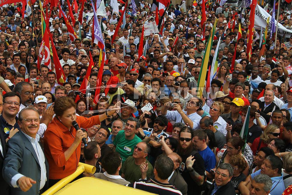 A candidata à presidência do Brasil pelo Partido dos Trabalhadores (PT), Dilma Rousseff acompanhada do governador eleito Tarso Genro (E), durante um comício em Porto Alegre, em 21 de outubro de 2010. Dilma Rousseff e José Serra, seu rival do Partido Social Democrata (PSDB) se enfrentarão em 31 de outubro no segundo turno da eleição. FOTO: Jefferson Bernardes/Preview.com