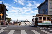 In San Francisco rijden de laatste handbediende kabeltrams. Ze zijn nu een belangrijk symbool van de stad. De trams worden door een kabel bewogen. Sinds 1873 rijden de trams, tegenwoordig zijn het vooral toeristen die in de trams zitten. De Amerikaanse stad San Francisco aan de westkust is een van de grootste steden in Amerika en kenmerkt zich door de steile heuvels in de stad.<br /> <br /> In San Francisco the last hand-operated cable cars ride. Nowadays they are an important symbol of the city. The trams are moved by a cable and ride since 1873. Today mostly tourists ride with the tram. The US city of San Francisco on the west coast is one of the largest cities in America and is characterized by the steep hills in the city.