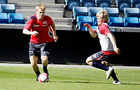 Fotball<br /> Landslaget trening<br /> Ullevål Stadion 27.05.10<br /> Jon Arne Riise prøver en tunnel på  Jonathan Parr<br /> <br /> Foto: Eirik Førde