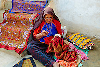 Inde, Gujarat, Kutch, village de Dhrang, population Ahir, travail de broderie // India, Gujarat, Kutch, Dhrang village, Ahir ethnic group, embroidery