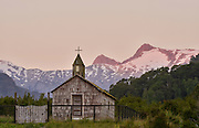 Kirche neben der Huinay Forschungsstation Comau Fjord, Patagonia, Chile |