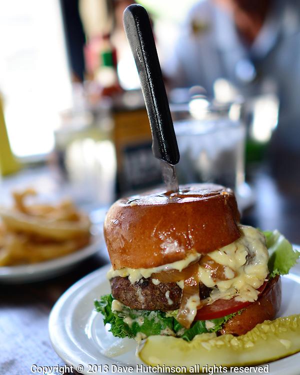 USA: California: Los Angeles County, Los Angeles, Pasadena: A big juicy 50/50 hamburger at Slater's 50/50