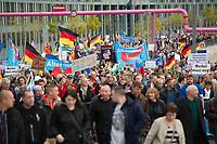 DEU, Deutschland, Germany, Berlin, 07.11.2015: Teilnehmer einer Demonstration der Partei Alternative für Deutschland (AfD) gegen die Flüchtlingspolitik der Bundesregierung. Motto: Asyl braucht Grenzen, Rote Karte für Merkel.