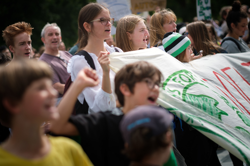 Fridays For Future: Mehrere hundert SchülerInnen und Studierende beteiligen sich in Berlin am Schulstreik für mehr Klimaschutz und bilden eine Menschenkette um das Kanzleramt. Die Demonstranten fordern, die Ziele des Pariser Klimaabkommens einzuhalten und die Erderwärmung auf 1,5 Grad zu begrenzen.<br /> <br /> [© Christian Mang - Veroeffentlichung nur gg. Honorar (zzgl. MwSt.), Urhebervermerk und Beleg. Nur für redaktionelle Nutzung - Publication only with licence fee payment, copyright notice and voucher copy. For editorial use only - No model release. No property release. Kontakt: mail@christianmang.com.]