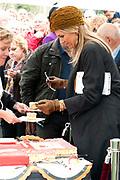 Koning Willem-Alexander en koningin Maxima bezoeken  het festival Lang Leve de Club in Zwolle. Het Nationaal Comite 200 jaar Koninkrijk organiseert het festival om het recht op vrijheid van vereniging en vergadering te vieren. <br /> <br /> King Willem - Alexander and Queen Maxima visit the festival Long Live Club in Zwolle. The National Committee 200 years Kingdom organizes the festival to celebrate the right to freedom of association and assembly<br /> <br /> op de foto / On the photo:  Koning Willem Alexander en Koningin Maxima  snijden en delen taart aan vrijwilligers /  King Willem Alexander and Queen Maxima cutting and sharing cake volunteers