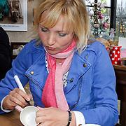 NLD/Elst/20120419 - Yvon Jaspers lanceert servieslijn, Yvon Jaspers signeert kopjes