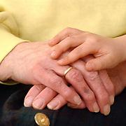 Folder Vooranker Huizen, bejaarde hand met kinderhand