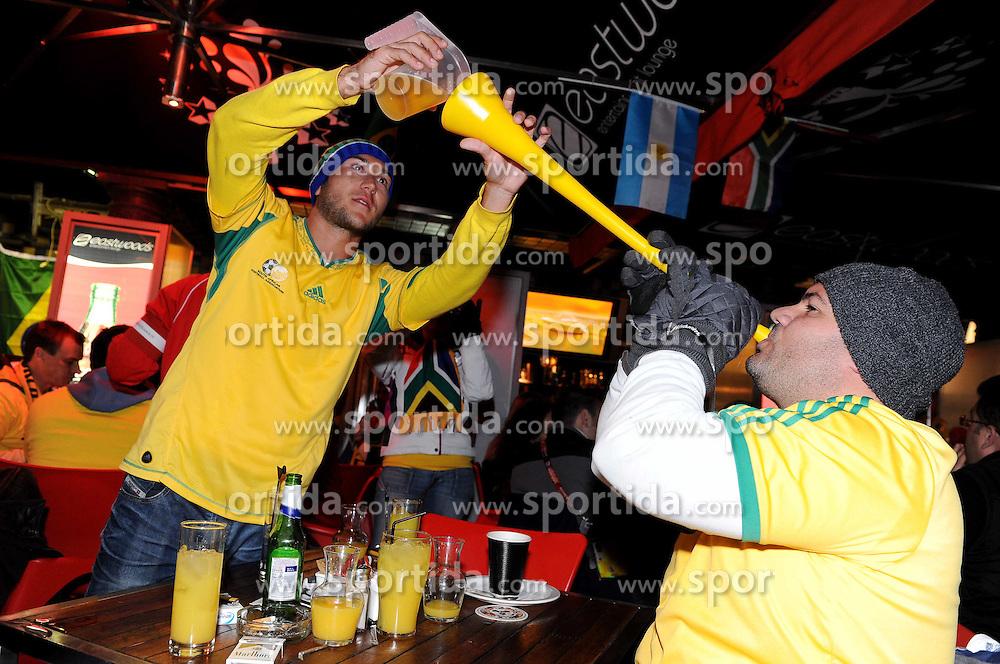 16.06.2010, Versfeld-Stadion, Pretoria, RSA, FIFA WM 2010, RSA, FIFA WM 2010, Südafrika vs Uruguay im Bild Fanfeature Südafrika, Fans schenken sich Bier über eien Vuvuzela ein, EXPA Pictures © 2010, PhotoCredit: EXPA/ InsideFoto/ G. Perottino, ATTENTION! FOR AUSTRIA AND SLOVENIA ONLY!!! / SPORTIDA PHOTO AGENCY