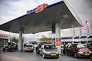 Nederland, Druten, 11-4-2010De zelfbedieningsketen voor autobrandstof Tango had vandaag een reclame aktie, waarbij de benzine en diesel voor tientallen centen goedkoper getankt kon worden. Er vormden zich lange rijen auto's met koopjesjagers voor de benzinestations.De onbemande tankstations stonden 10 jaar geleden voor het eerst in Nijmegen en blijken een succesvolle formule..Foto: Flip Franssen/Hollandse Hoogte