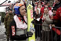 Hopp Ski Jumping<br /> World Cup Verdenscup<br /> 18.03.07<br /> Holmenkollen<br /> Anders Jacobsen Norway / Norge smiler med fansen - smiling<br /> Foto - Kasper Wikestad