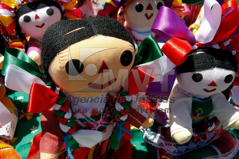 TOLUCA, México.- Personas que se dedican a la elaboración de muñecas de trapo provenientes del estado de Querétaro encuentran en la celebración de las fiestas patrias un gran mercado para poder vender sus productos, de todos los tamaños y precios se pueden observar estas muñecas tradicionales. Agencia MVT / Crisanta Espinosa. (DIGITAL)