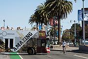 Een fietser in San Francisco moet voorbij een bus die het fietspad blokkeert. De Amerikaanse stad San Francisco aan de westkust is een van de grootste steden in Amerika en kenmerkt zich door de steile heuvels in de stad. Ondanks de heuvels wordt er steeds meer gefietst in de stad.<br /> <br /> A cyclist has to pass a bus that blocks the bike lane in San Francisco. The US city of San Francisco on the west coast is one of the largest cities in America and is characterized by the steep hills in the city. Despite the hills more and more people cycle.