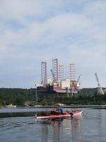 Kayaker passing oil rig - kajakkpadler passerer Oljerigg eydehavn