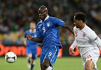 Fotball<br /> EM 2012<br /> Kvartfinale<br /> England v Italia<br /> 24.06.2012<br /> Foto: Gepa/Digitalsport<br /> NORWAY ONLY<br /> <br /> Bild zeigt Mario Balotelli (ITA) und Joleon Lescott (ENG).