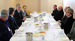 José Fortunati com o reitor Joaquim Clotet (a sua frente) durante reunião/almoço com a Reitoria da PUC/RS. FOTO: Jefferson Bernardes/Preview.com