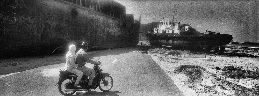 Indonésie. Banda Aceh. Etat des lieux sur l'ile de Sumatra 3 mois après le tsunami du 26 décembre 2004. Sur la route de Lham-Lom 2 bateaux barrent la route. © Olivier Vogelsang<br /> <br /> <br /> <br /> Indonesia. Banda Aceh. Report on the island of Sumatra 3 months after the tsunami of december 26, 2004. On the road to Lham-Lom. © Olivier Vogelsang